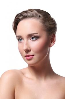 Retrato de uma linda mulher nua para o conceito de cuidados com a pele