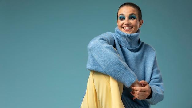 Retrato de uma linda mulher posando de gola olímpica