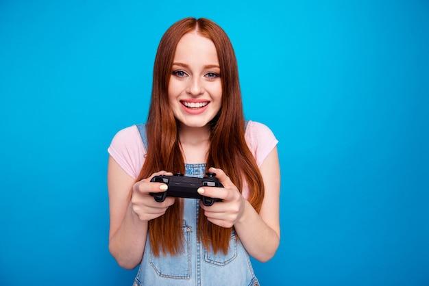 Retrato de uma linda mulher ruiva com joystick