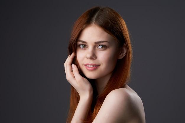 Retrato de uma linda mulher ruiva, rosto de beleza