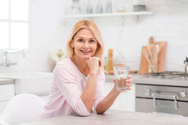 Retrato de uma linda mulher segurando um copo de água