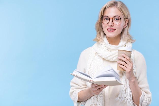 Retrato de uma linda mulher segurando um livro