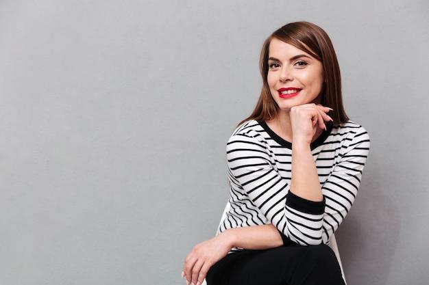 Retrato de uma linda mulher sentada na cadeira