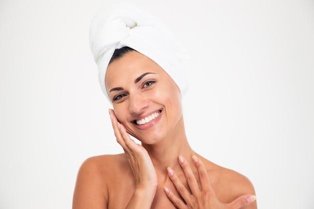 Retrato de uma linda mulher sorridente com uma toalha na cabeça