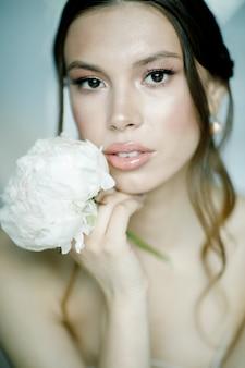 Retrato de uma linda noiva com flor no dia do casamento