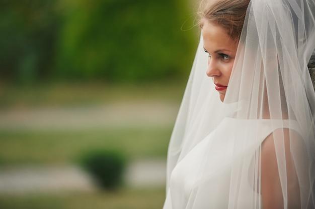 Retrato de uma linda noiva com um véu close-up