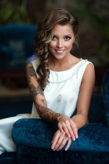 Retrato de uma linda noiva com uma tatuagem