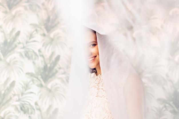 Retrato de uma linda noiva com véu