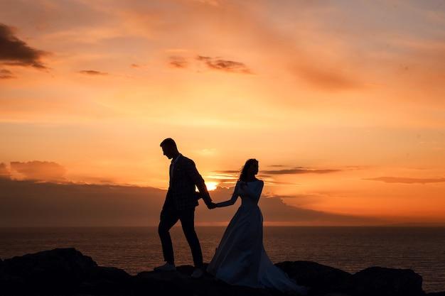 Retrato de uma linda noiva e do noivo ao pôr do sol em chipre