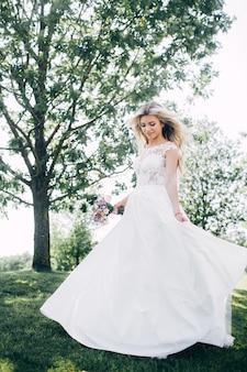 Retrato de uma linda noiva na natureza