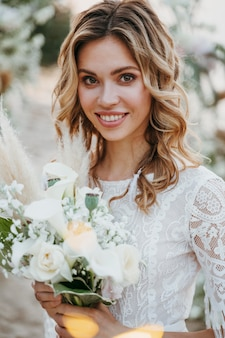 Retrato de uma linda noiva na praia