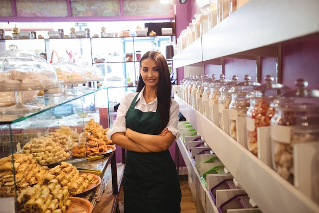 Retrato de uma lojista em um balcão de doces turcos