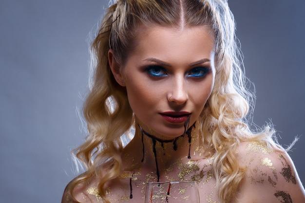 Retrato de uma maquiagem de vampiro de mulher