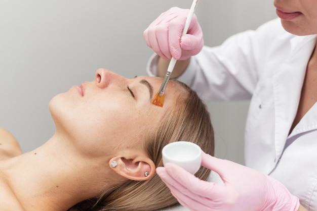 Retrato de uma máscara transparente hidratante para design médico procedimento para a pele de uma mulher