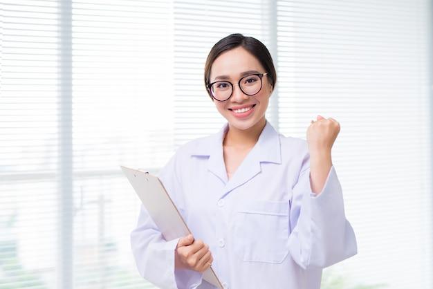 Retrato de uma médica asiática em um hospital