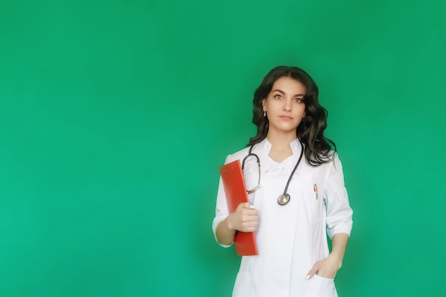 Retrato de uma médica com a pasta na mão, olhando para a câmera