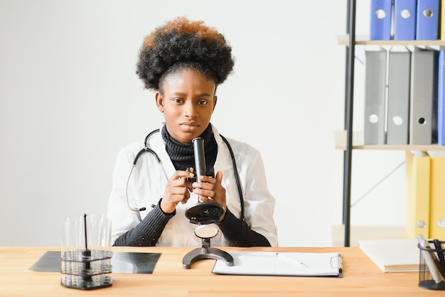 Retrato de uma médica negra amigável