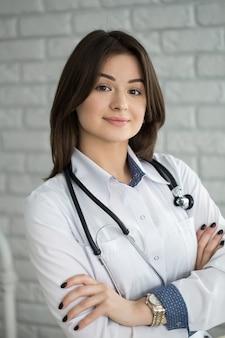 Retrato de uma médica sorridente e feliz com um estetoscópio