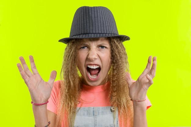 Retrato de uma menina adolescente gritando agressivo