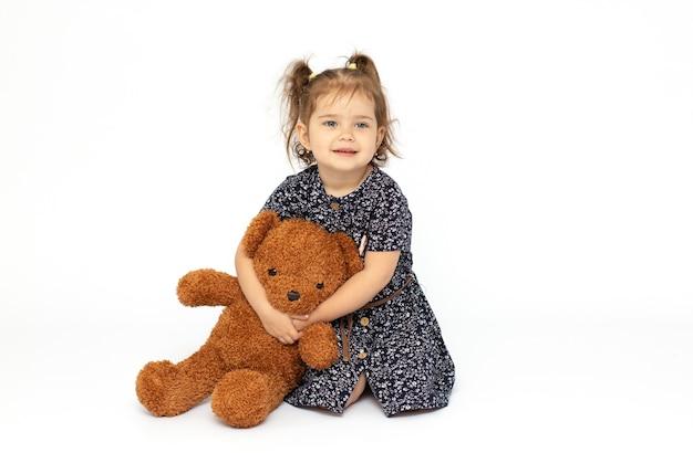 Retrato de uma menina adorável com ursinho