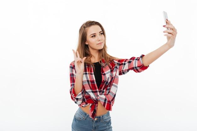 Retrato de uma menina adorável feliz em camisa xadrez