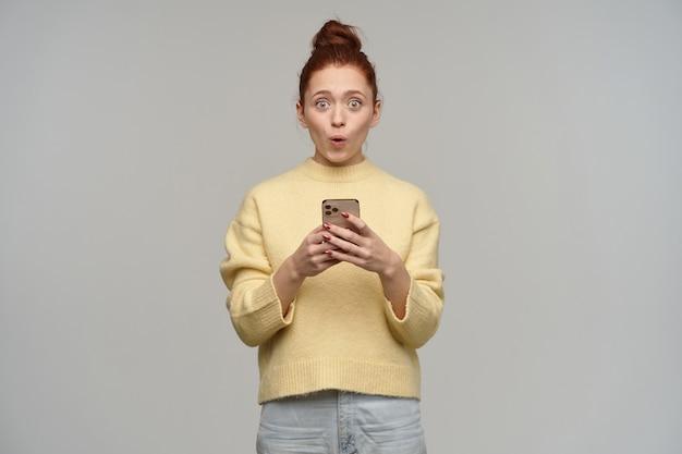 Retrato de uma menina adulta, surpresa, com coque ruivo.