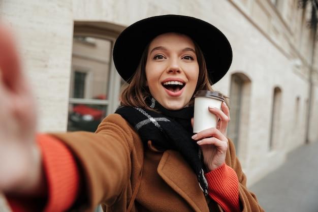 Retrato de uma menina alegre, vestida com roupas de outono