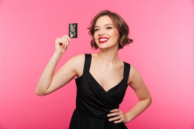Retrato de uma menina alegre, vestida de vestido preto