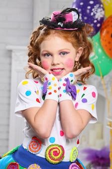 Retrato de uma menina alegre.