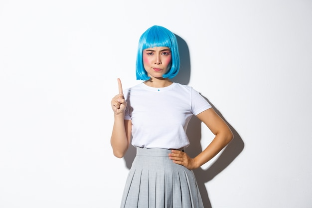 Retrato de uma menina asiática com uma peruca curta azul