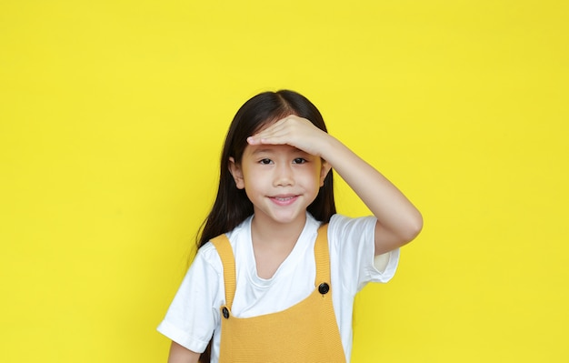 Retrato de uma menina asiática em um fundo amarelo