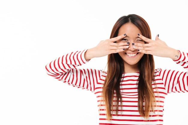 Retrato de uma menina asiática muito sorridente