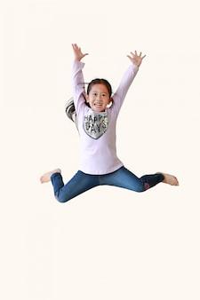 Retrato de uma menina asiática pulando