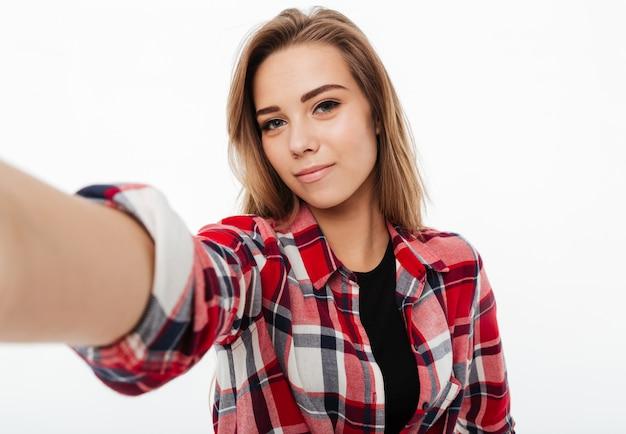 Retrato de uma menina bonita adorável na camisa xadrez