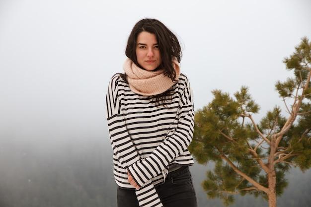 Retrato de uma menina bonita caucasiana na montanha em um dia nevado.
