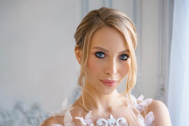 Retrato de uma menina bonita com cabelo e maquiagem delicada. imagem da noiva.
