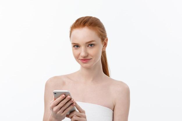 Retrato de uma menina bonita com conversa por telefone. isolado em fundo branco claro