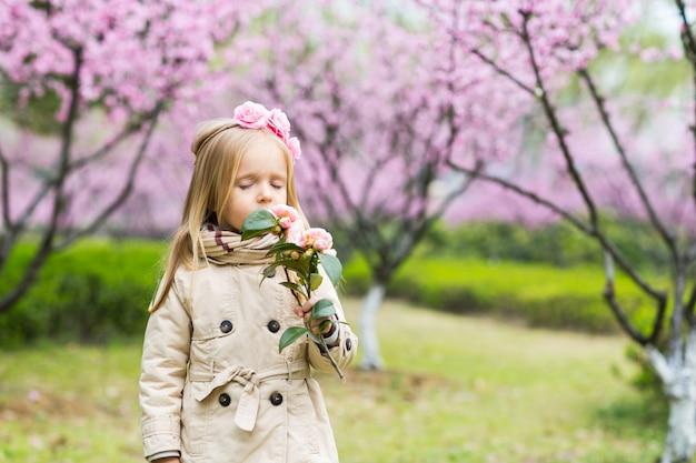 Retrato de uma menina bonita com flores desabrochando