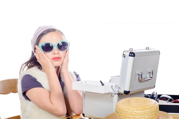 Retrato de uma menina bonita com óculos de sol
