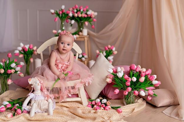 Retrato de uma menina bonita com tulipas
