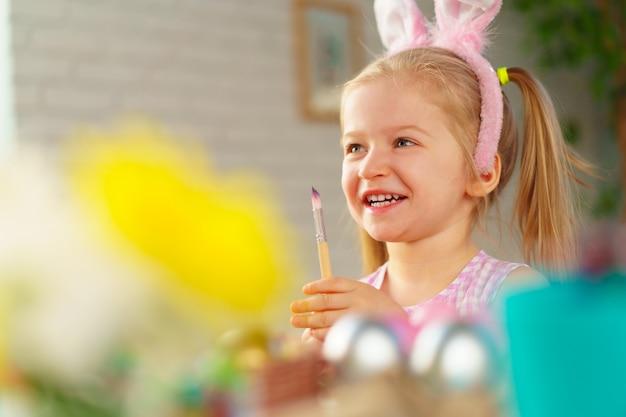 Retrato de uma menina bonita da criança com orelhas de coelho