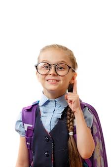 Retrato de uma menina bonita da escola de óculos. sucesso, idéia brilhante, idéias criativas e conceito de tecnologia de inovação.