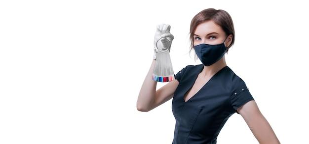 Retrato de uma menina bonita e elegante com um conjunto de paleta de unhas na mão. Foto Premium