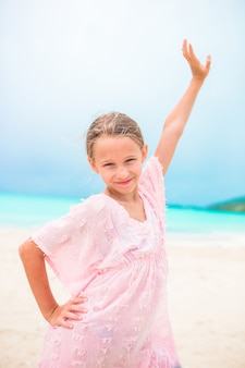 Retrato de uma menina bonita na praia dançando