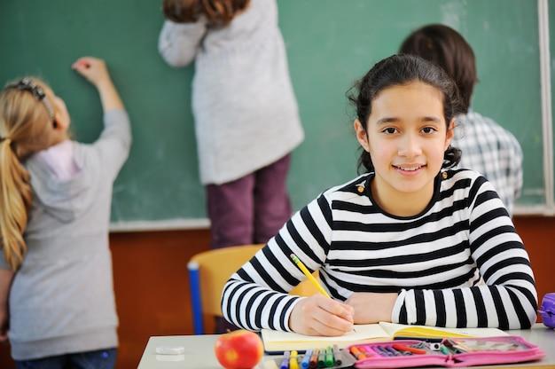 Retrato de uma menina bonita na sala de aula da escola