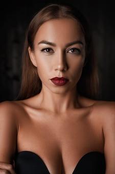 Retrato de uma menina bonita no escuro