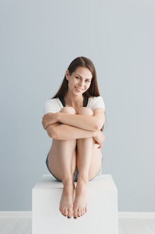 Retrato de uma menina bonita no estúdio em um cinza