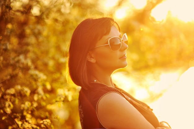 Retrato de uma menina bonita no parque