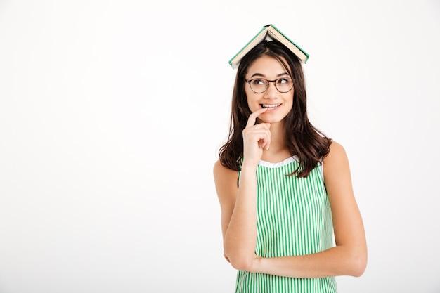 Retrato de uma menina bonita no vestido e óculos