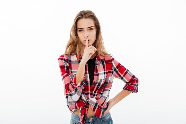 Retrato de uma menina bonita séria em camisa xadrez